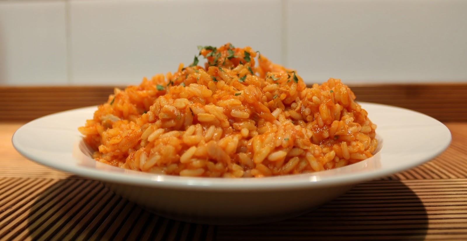 arroz atún y tomate frito
