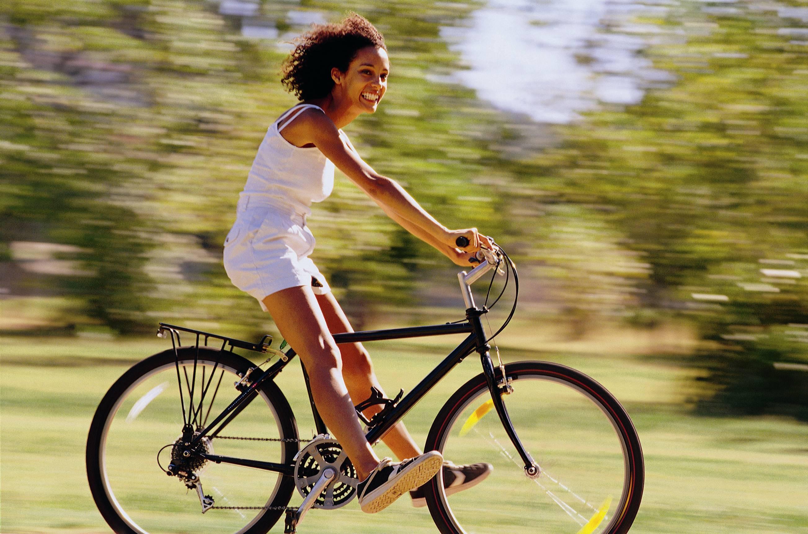 Chica montada en bicicleta haciendo ejercicio