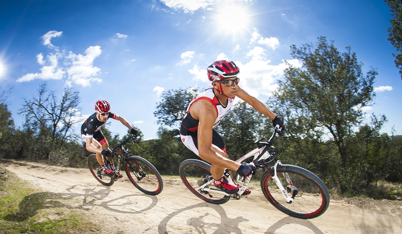Mujeres y hombres en bicicleta Fuente:  www.triatlonweb.es