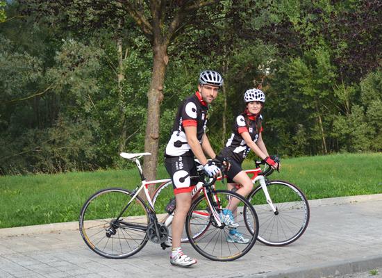 Mujeres y hombres en bicicleta Fuente:  casavilabikes.com