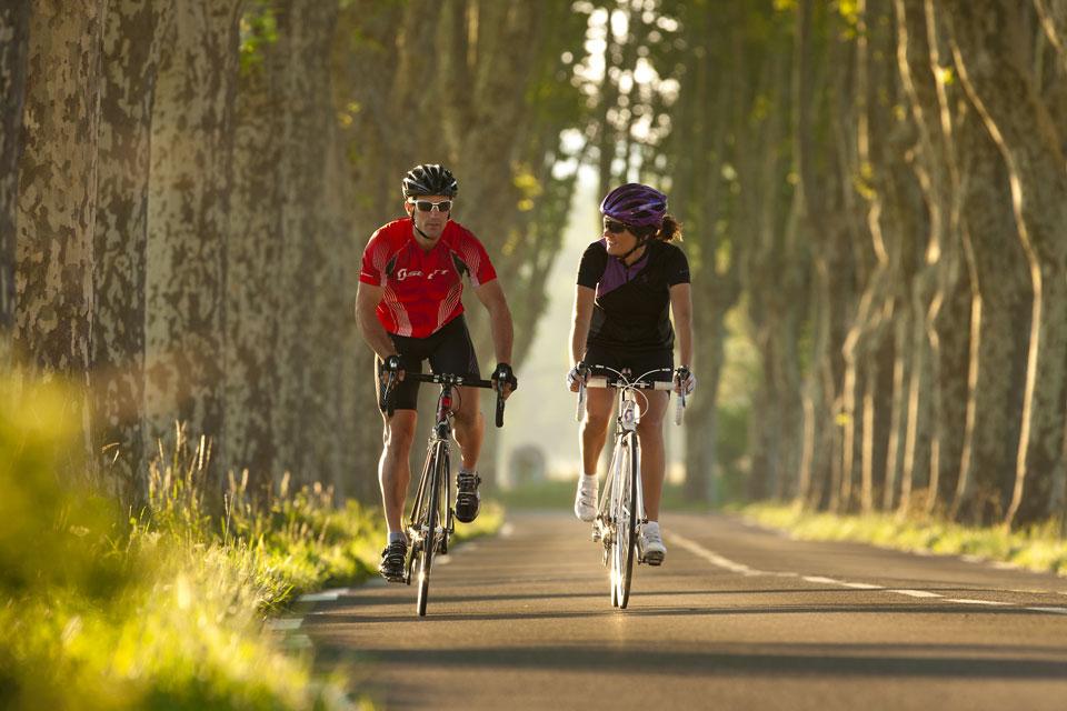 Mujeres y hombres en bicicleta Fuente: biciclub.com